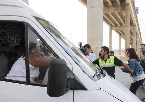 La Policía trata de controlar el abandono de los chabolistas del asentamiento en el Copero.  Foto: Juan carlos Vázquez