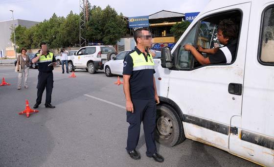 La Policía controla las salidas del asentamiento.  Foto: Juan carlos Vázquez