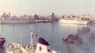 1973. Varios cruceros atracados en el muelle