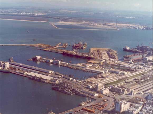 1973. Vista de los muelles Reina Victoria y Marqués de Comillas