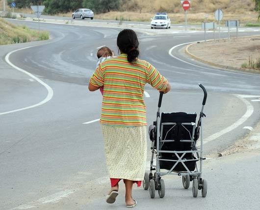 Una mujer abandona el poblado con su hijo en brazos.  Foto: Juan carlos Vázquez