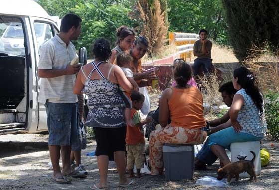 Una familia almuerza en un descampado mientras esparn ver cual será su destino definitivo.  Foto: Juan carlos Vázquez