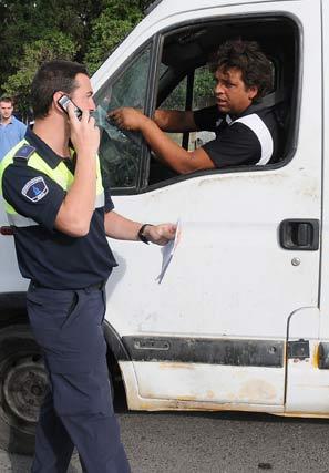 Uno de los chabolistas coversa con un agente montado en su vehículo.  Foto: Juan carlos Vázquez
