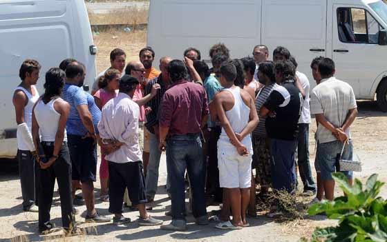 Un grupo de chabolistas reunidos para decidir cual será su próximo destino.  Foto: Juan carlos Vázquez