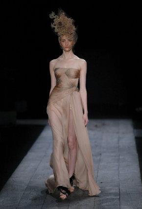 Una modelo luce una prenda de la colección Otoño-Invierno 2009/10 de alta costura de la marca Valentino.  Foto: EFE