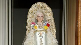 Una modelo luce una creación de alta costura de Christian Lacroix.  Foto: EFE