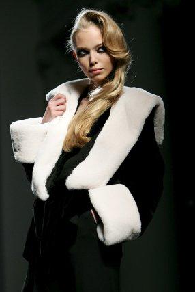 Una de las creaciones de la colección invierno 2009-10 del diseñador francés Jean Paul Gaultier.  Foto: EFE