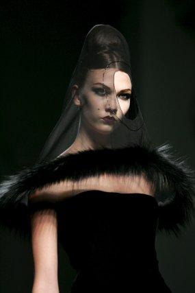Una modelo luce una de las creaciones de Jean Paul Gaultier.  Foto: EFE