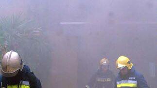 Los techos de la discoteca se han desplomado cuando los bomberos entraron al lugar aunque finalmente no hay heridos.  Foto: Patri Díez