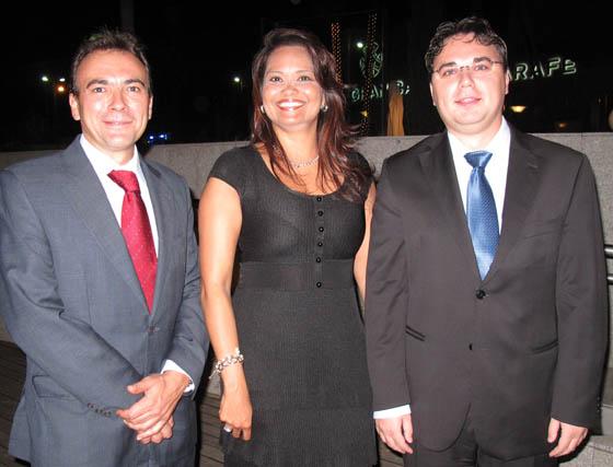 Salvador Jiménez (Estudio Jurídico Villasís), Alejandra Gutiérrez, cónsul de República Dominicana y Florín Palade, vicecónsul de Rumania.  Foto: Victoria Ramírez