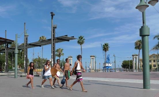 Grupo de jóvenes en dirección a la playa, la mejor solución para pasar el tiempo libre.   Foto: Sergio Camacho