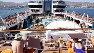 Hasta el puerto de Málaga llegan cruceros que traen turistas de todas las nacionalidades, que disfrutan de sus vacaciones con todo el lujo en alta mar.   Foto: Migue Fernandez