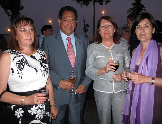 María Fernanda Paumar, Efraín Uría, ex canciller del consulado de Bolivia; María Teresa Moreno, y Matilde Manzano, esposa del cónsul de Holanda.  Foto: Victoria Ramírez