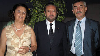 Concha Santos, Juan Carlos Ruiz-Berdejo, cónsul honorario de Italia, y Demetrio Cabello, comisario del Cuerpo Nacional de Policía.  Foto: Victoria Ramírez