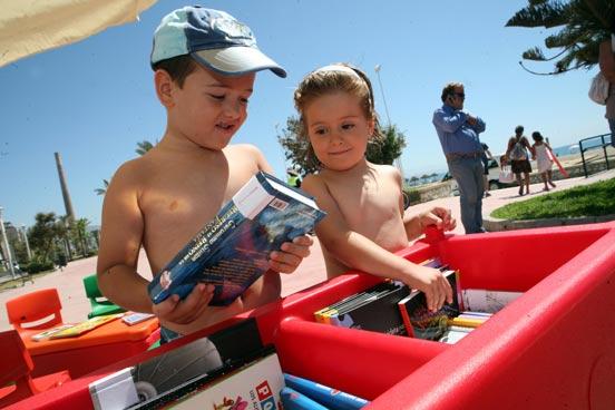 Los más pequeños serán los grandes lectores del mañana y qué mejor que educarlos a la vez que se divierten en la playa.   Foto: PUNTO PRESS