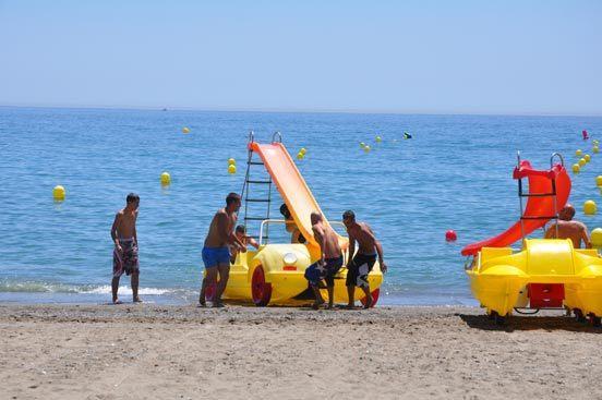 Los hidropedales son unas de las diversiones que se pueden encontrar en las playas del litoral.   Foto: J.M. Flores