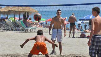 Los deportes playeros como el voleibol están a la orden del día.   Foto: J.M. Flores