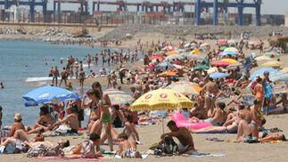 Playa hasta los topes.   Foto: Migue Fernandez