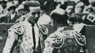 Cayetano brinda un toro a Rafael 'El Gallo'.  Foto: Fotografias extraidas de \'Estirpe y Tauromaquia de Antonio Ordo?'