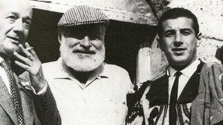 Cayetano Ordóñez, Ernest Hemingway y Antonio Ordóñez en una goyesca en Ronda.   Foto: Fotografias extraidas de \'Estirpe y Tauromaquia de Antonio Ordo?'