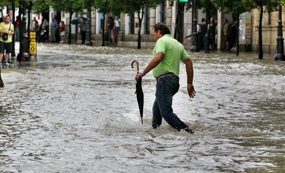 El centro fue uno de los mayores damnificados, pues se inundaron las calles Porvera, Larga y Honda · La tromba de agua derrumbó también el techo del almacén de Alcampo./Fotos:Pascual/M.A.González  Foto: Pascual/Miguel Angel Gonzalez