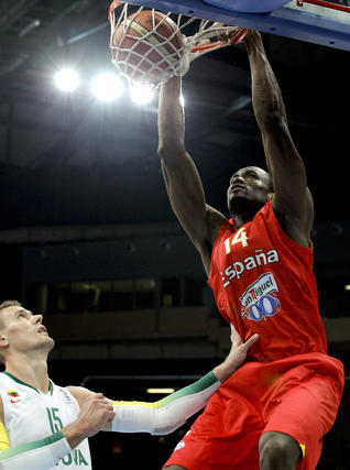 Ibaka realiza un mate ante Lituania.  Foto: efe