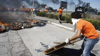 Nueva protesta de los trabajadores de Visteon, que cortan la carretera de Sanlúcar a su paso por la fábrica.   Foto: A. Mora