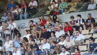 Pedro Alemán, Antonio Fernández y Vicente Sánchez, de la Cadena SER, en la tribuna de Chapín junto a Dani Pendín.  Foto: Juan Carlos Toro