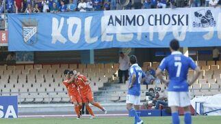 Los jugadores del Guadalajara celebran el gol de Ernesto ante unos azulinos decepcionados.  Foto: Juan Carlos Toro
