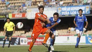 Íñigo Vélez intenta un remate en el partido de ayer, mientras David Fernández le marca de cerca.  Foto: Juan Carlos Toro