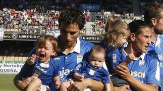 En la salida al campo de los futbolistas, Óscar Díaz no pudo controlar el llanto del pequeño  Foto: Juan Carlos Toro