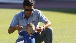 Un pequeño xerecista, probando el césped de Chapín.  Foto: Juan Carlos Toro