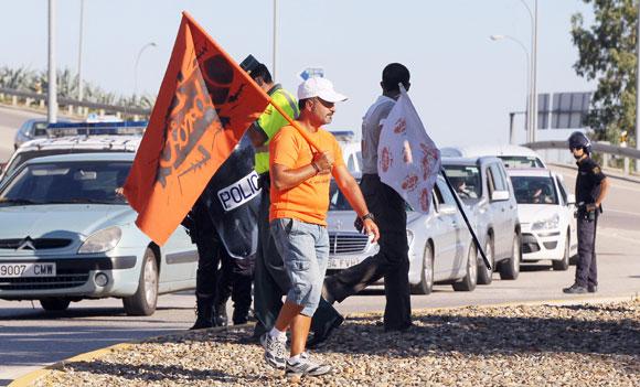 Los trabajadores de Visteon han trasladado sus protestas a Jerez, donde el ministro de Fomento, José Blanco, y el presidente de la Junta de Andalucía, José Antonio Griñán, se han desplazado para inaugurar el nuevo apeadero de Renfe en el aeropuerto./Fotos:M.A.González  Foto: Miguel Angel Gonzalez