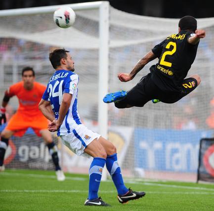 Alves intenta recibir un balón. / AFP