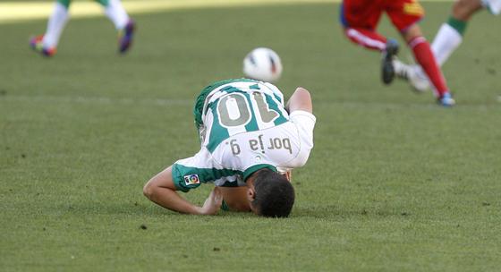 Borja se duele de un golpe en el césped. / Álvaro Carmona