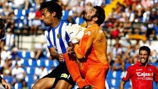 Manu choca con un jugador del Hércules en una salida. / LOF