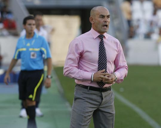 Paco observa el partido tenso desde el banquillo. / Álvaro Carmona