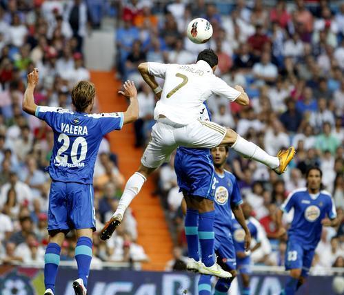 Ronaldo disputa un balón de cabeza. / EFE