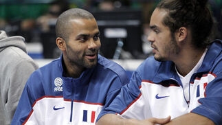 Parker y Noah, en el banquillo francés. / EFE