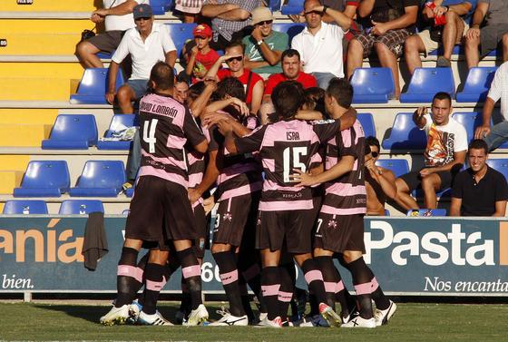 Los jugadores del Xerez celebran con José Mari el gol de la victoria. / LOF