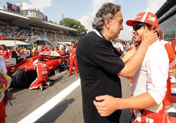 Flavio Briatore habla con Alonso antes de la carrera. / EFE