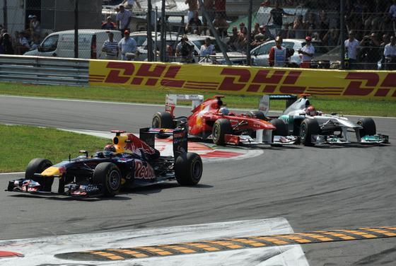 Vettel también gana en Monza y Alonso acaba tercero tras llegar a liderar la carrera. / AFP