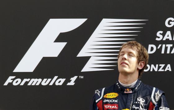 Vettel también gana en Monza y Alonso acaba tercero tras llegar a liderar la carrera. / Reuters
