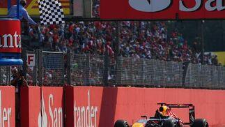 Vettel entra en la meta de Monza. / AFP