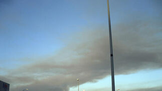 Humo del incendio desde el polígono San Rafael, en Las Lagunas de Mijas costa, el día después  Foto: Manuel Alqsar