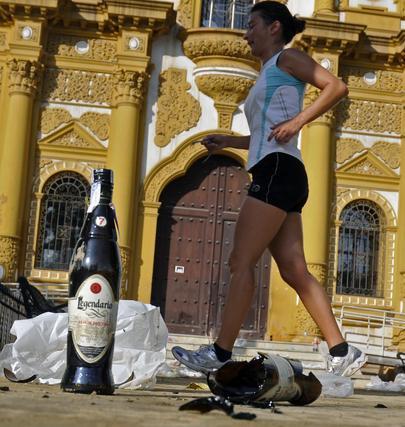 Una joven hacía 'footing' ayer entre una botella de ron de Cuba y el pabellón de Argentina del 29.  Foto: Juan Carlos Vázquez