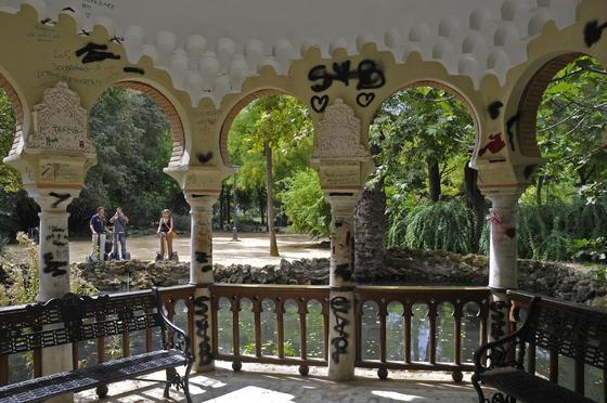 Pintadas y vandalismo en uno de los miradores del parque de María Luisa, para sorpresa de los turistas.  Foto: Juan Carlos Vázquez