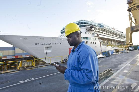 El ´Splendor of the Seas' se repara en Navantia.   Foto: Julio Gonzalez