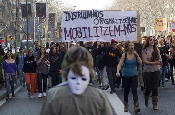 Miles de jóvenes caminan por las calles de Barcelona.  Foto: AFP Photo