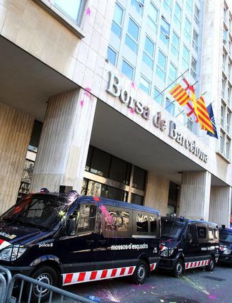 Varias furgonetas de los Mossos d'esquadra ante la Bolsa de Barcelona.  Foto: AFP Photo